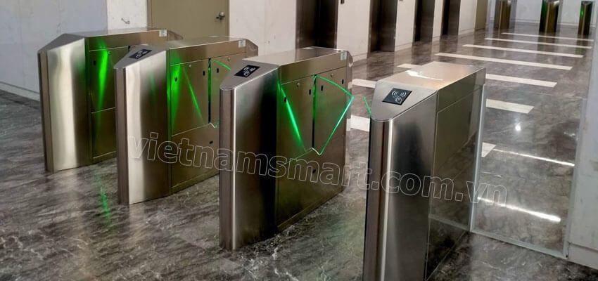Sản phẩm cổng flap barrier do VietnamSmart lắp đặt