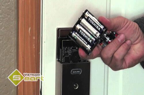 thay pin cho khóa cửa vân tay