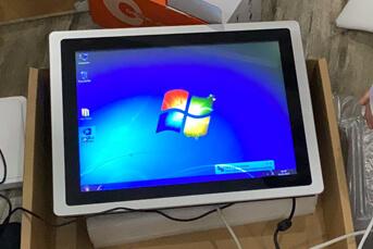 Máy tính màn hình hiển thị nhiệt độ và ảnh chụp