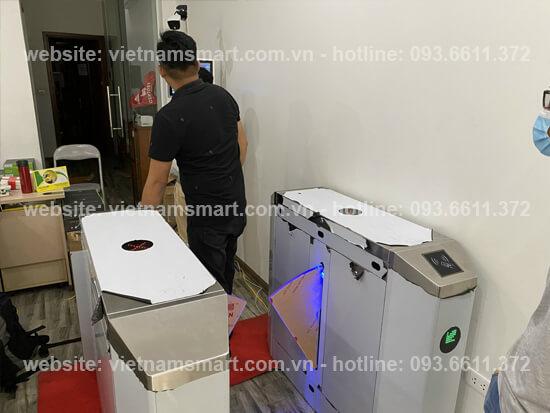 Cổng flap barrier lắp đặt trong hệ thống camera thân nhiệt kiểm soát lối vào